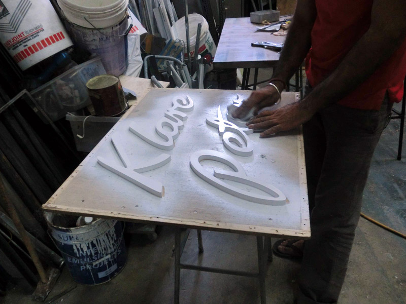 19_PETER-KLARE-SIGNAGE-fabrication-process-with-white-base-spray-paint